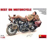 Мотоциклист на отдыхе масштаб 1:35 MiA35176, фото 1